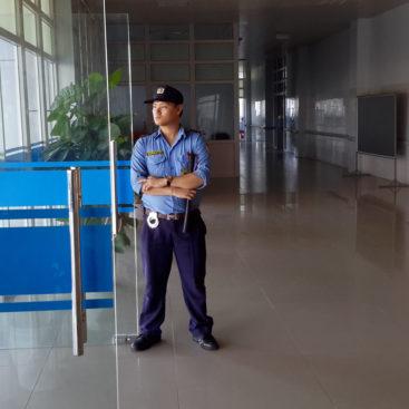 Bảo vệ văn phòng đang làm nhiệm vụ